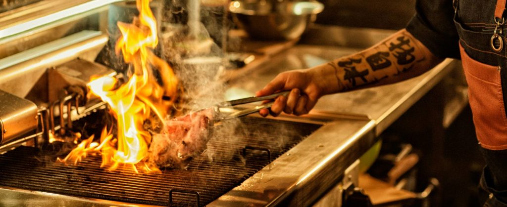cocinando carne en la parrilla